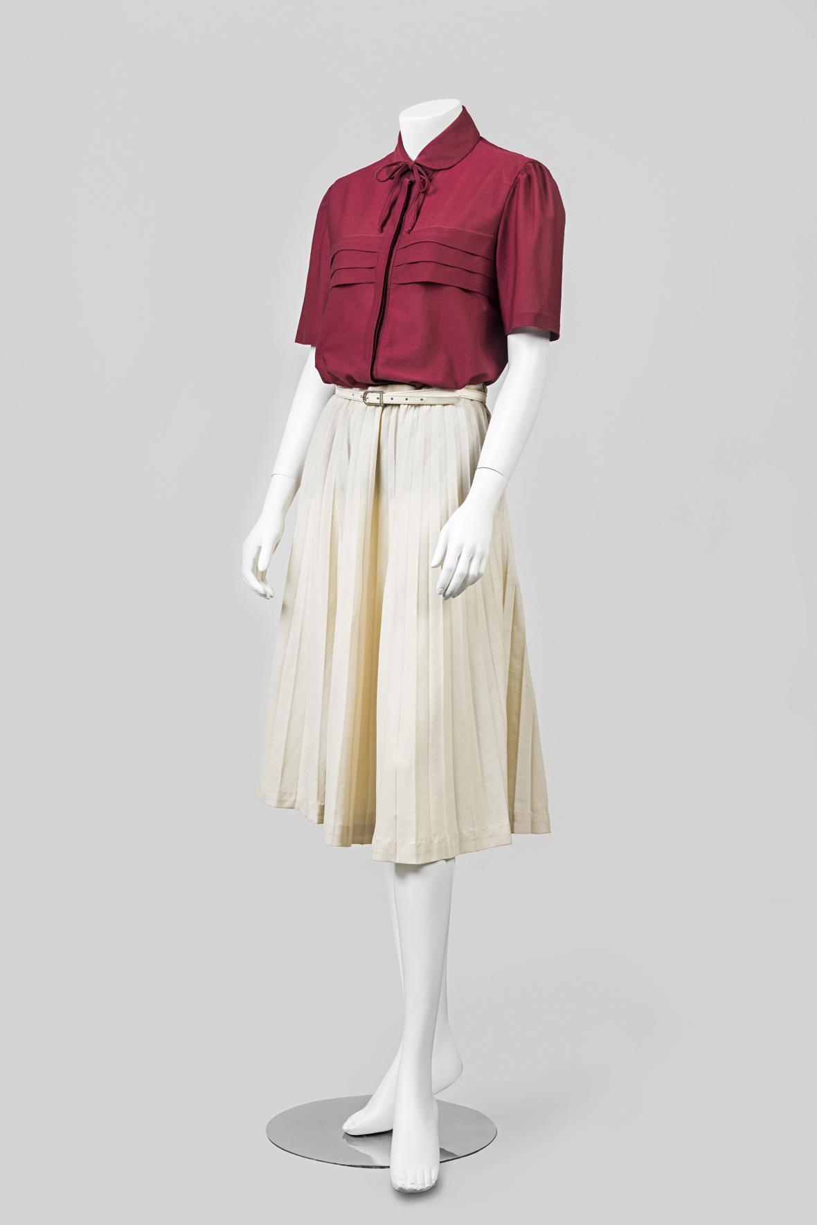 Dámska blůzka a skládaná sukně. Makyta, Púchov. 70. léta 20. století; syntetický materiál