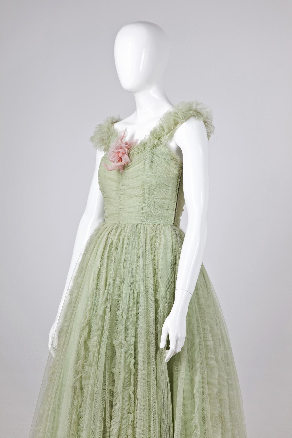 Plesové šaty. Módní závody, Styl, Praha. 1957; hedvábný tyl