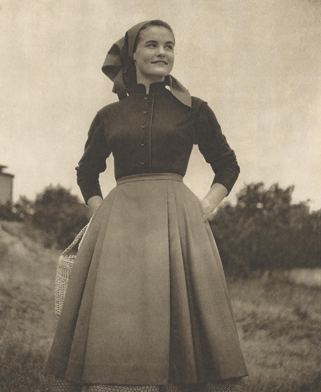 Oděv pro rolnickou ženu. Oděv: Textilní tvorba, Bratislava. Repro: Móda – textil, V, 1955,  č. 7