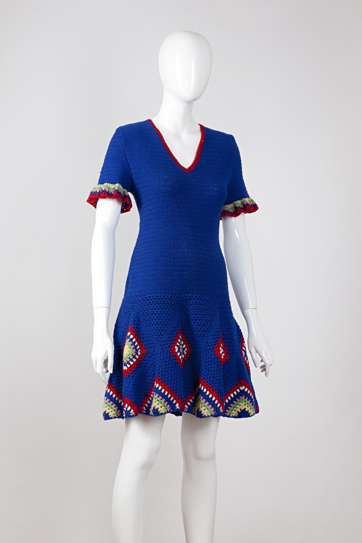 Domácí práce: šaty podle časopisu Burda, 1970; háčkované