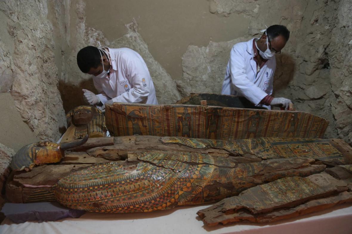 Archeologové zkoumající dřevěné rakve