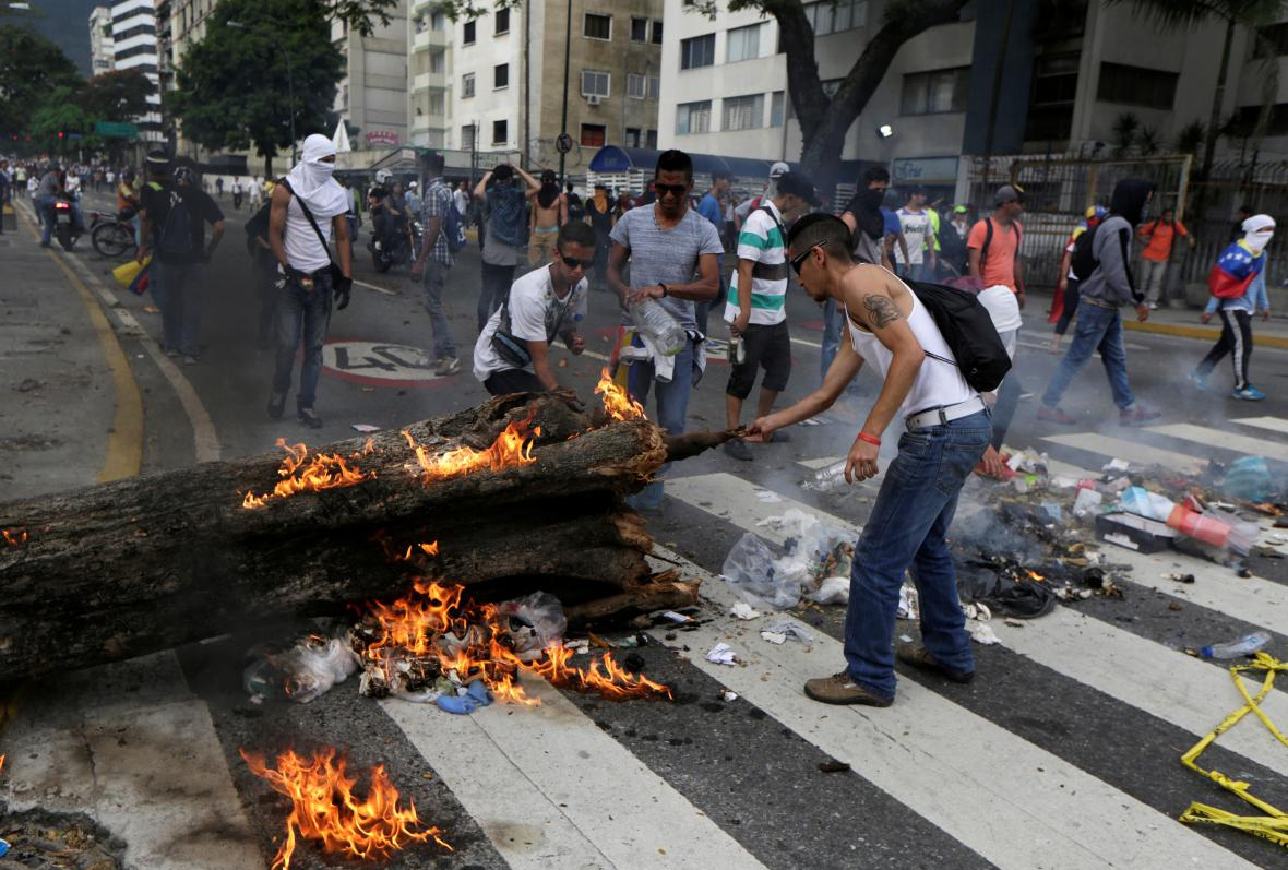 Demonstranti v Caracasu staví barikádu