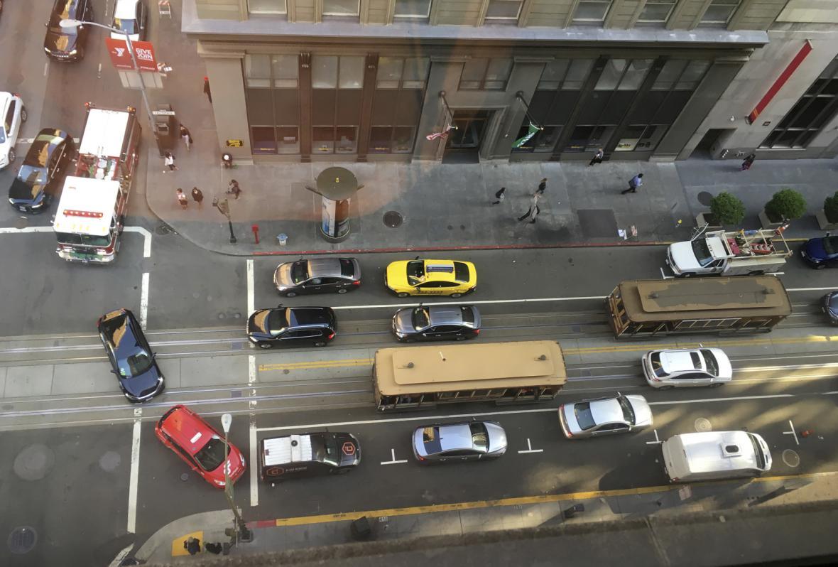 Auta se snaží objíždět zablokované tramvaje