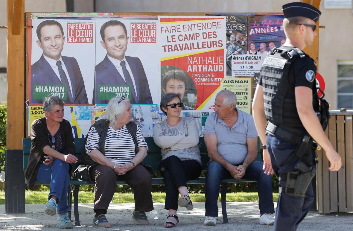 Snímek vystihující dnešní den: doznívající kampaň, odpočinek, bdělost policie
