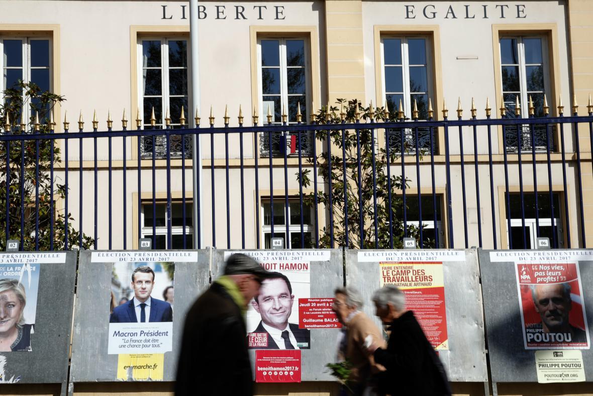 Volební plakáty na jedné z ulic Paříže