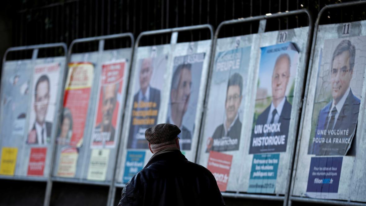 Volební plakáty před francouzskými volbami