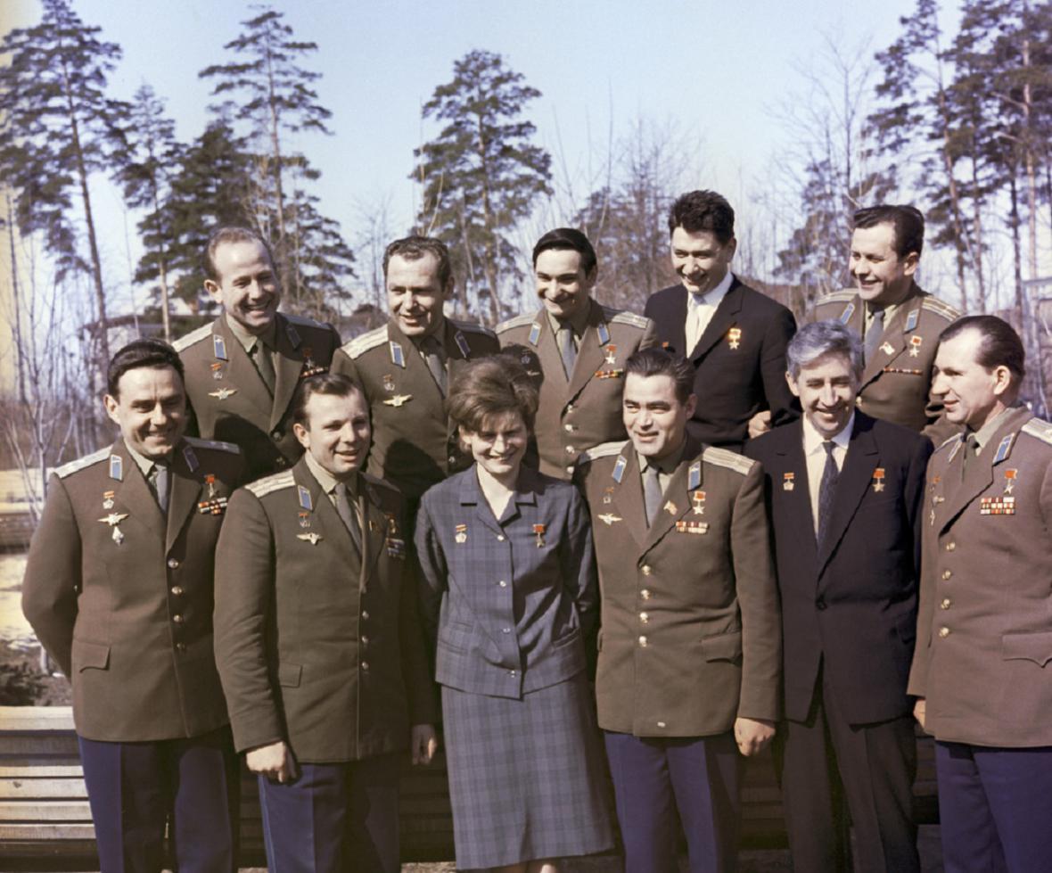 Komarov úplně dole vlevo, po jeho boku  Gagarin
