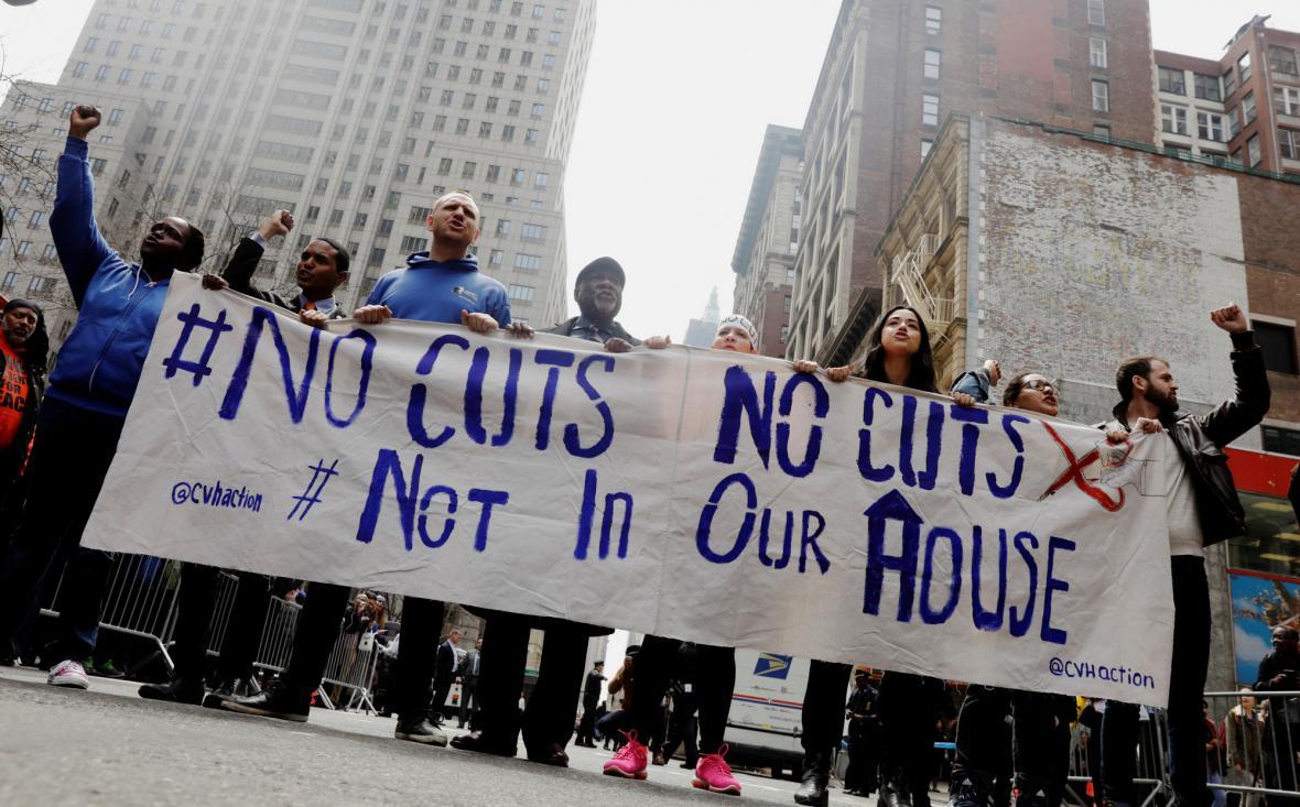 Protest v New Yorku proti plánovaným vládním škrtům
