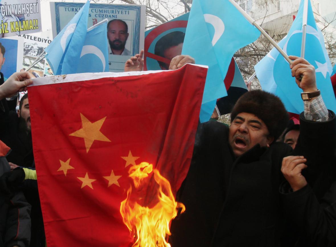 Ujgurové pálí čínskou vlajku
