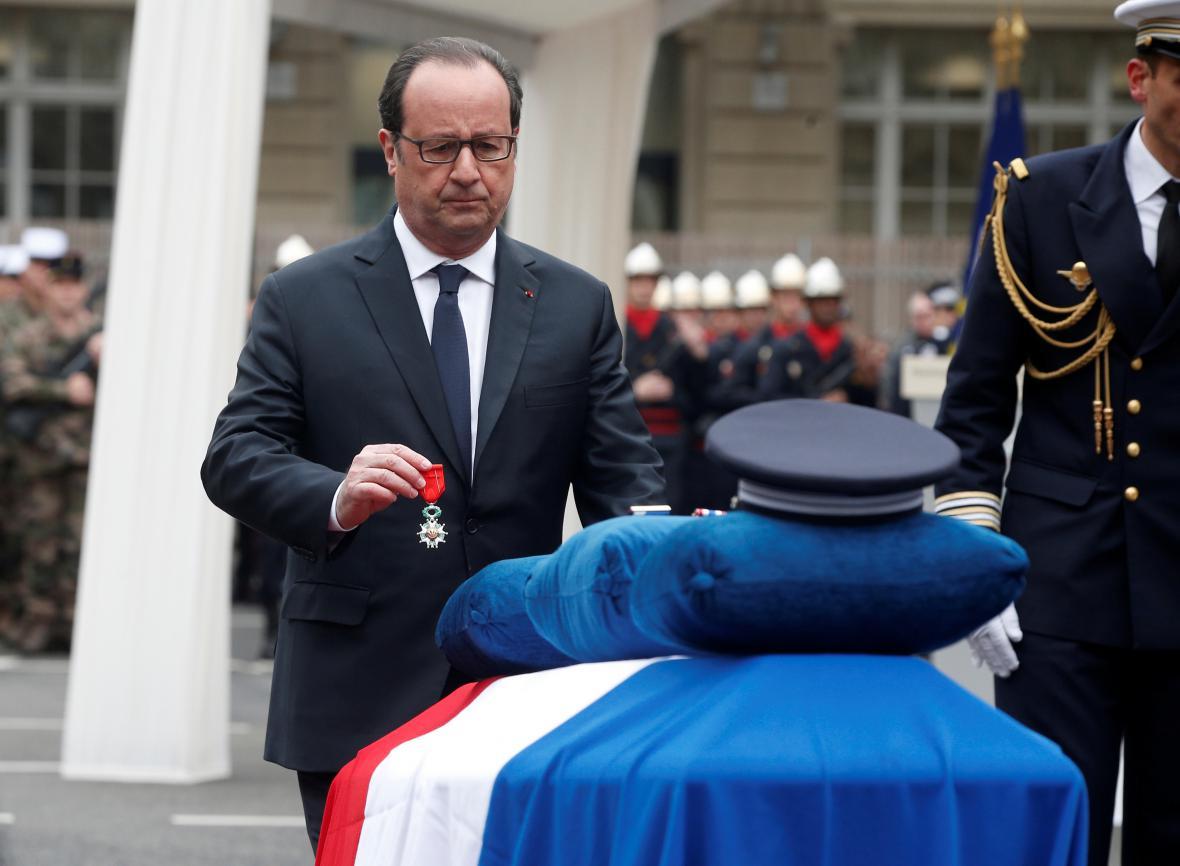Francois Hollande policistu posmrtně vyznamenal