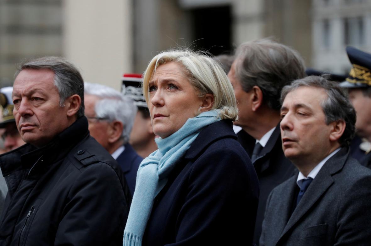 Památku policisty přišla uctít také Marine Le Penová
