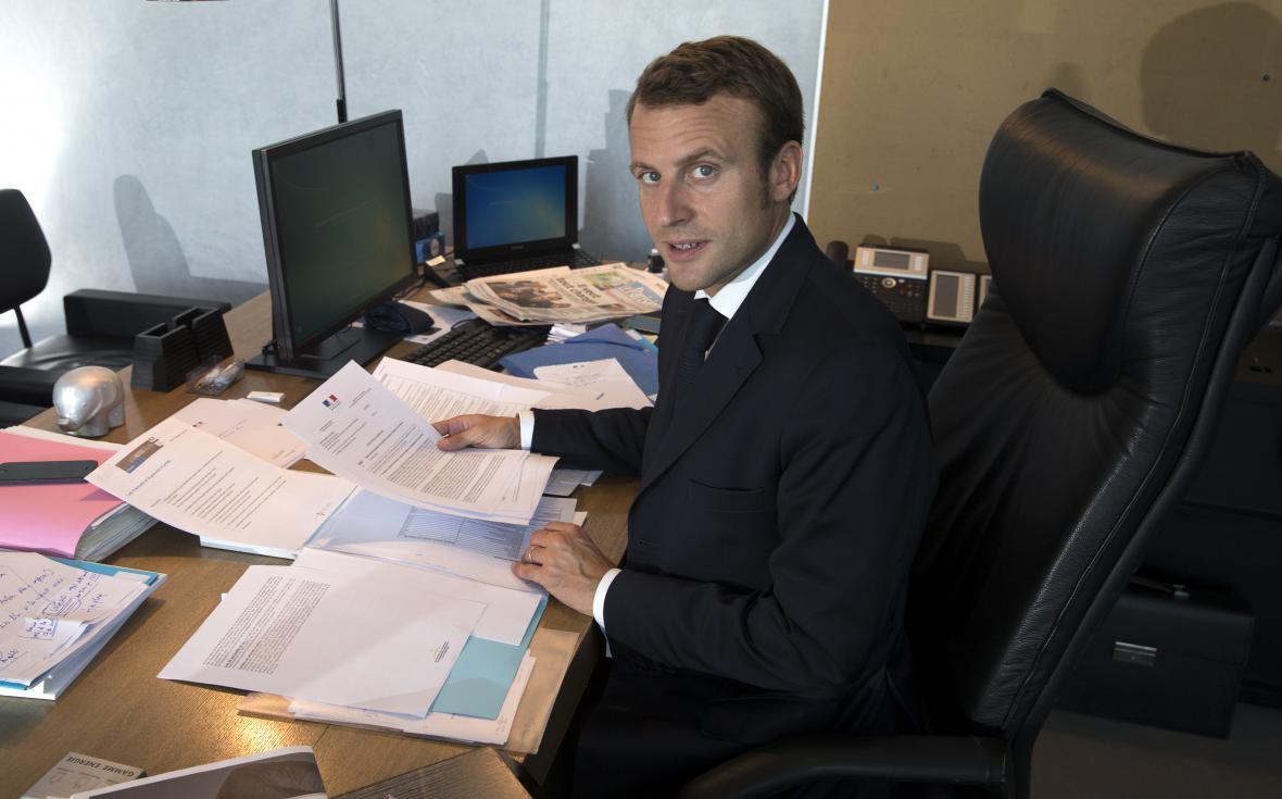 Emmanuel Macron ve své ministerské kanceláři