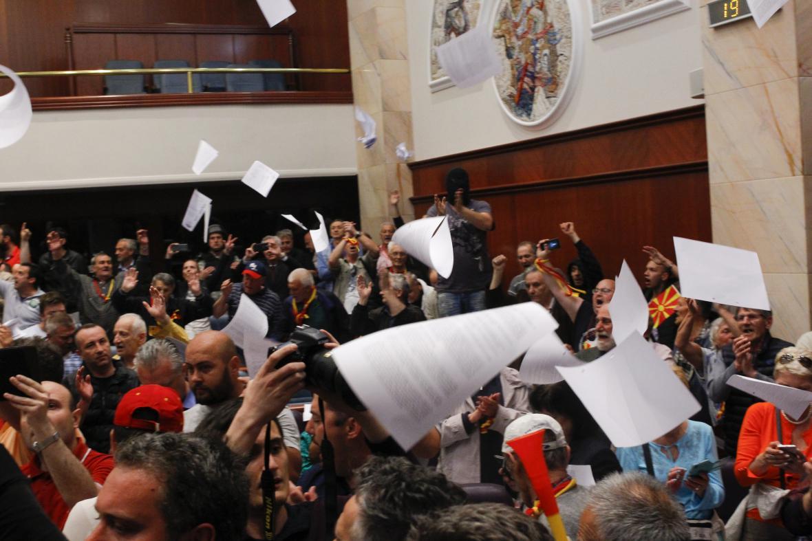Dav protestujících vnikl do makedonského parlamentu