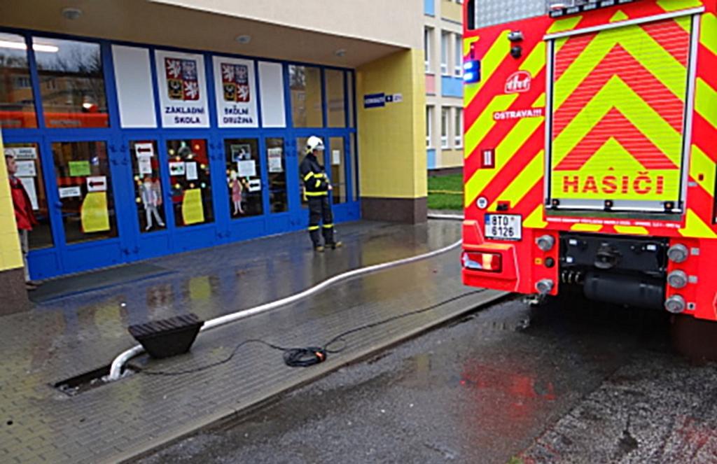 Hasiči museli odčerpat vodu před ZŠ v Ostravě