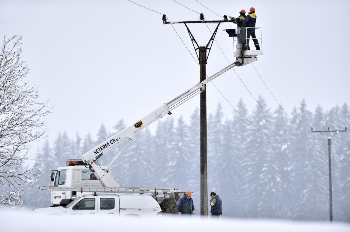 Energetici opravují izolátory na elektrickém vedení u lokality Lojzovy Paseky u Frymburku na Českokrumlovsku