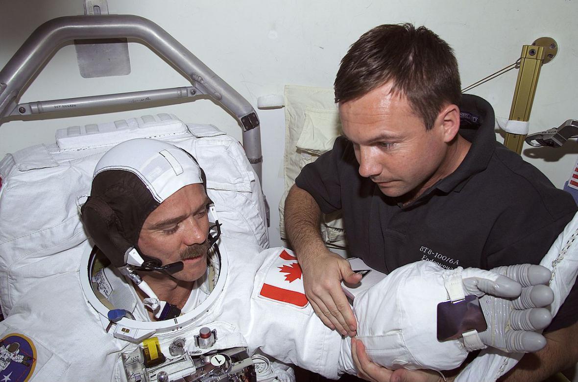 Jurij Lovčakov (vpravo) a Chris Hadfield (vlevo)
