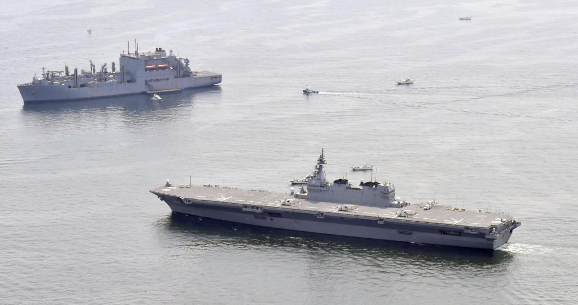 Japonská letadlová loď Izumo doprovází americkou zásobovací loď