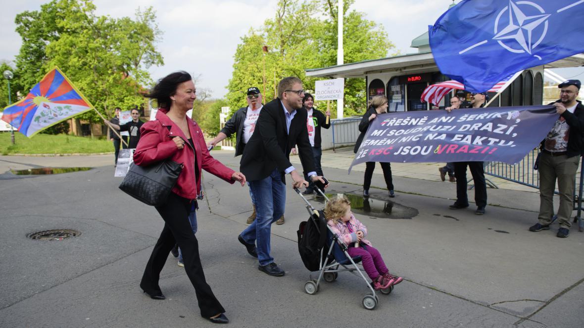Poslankyně Marta Semelová míjí při příchodu na prvomájové setkání KSČM odpůrce komunistů