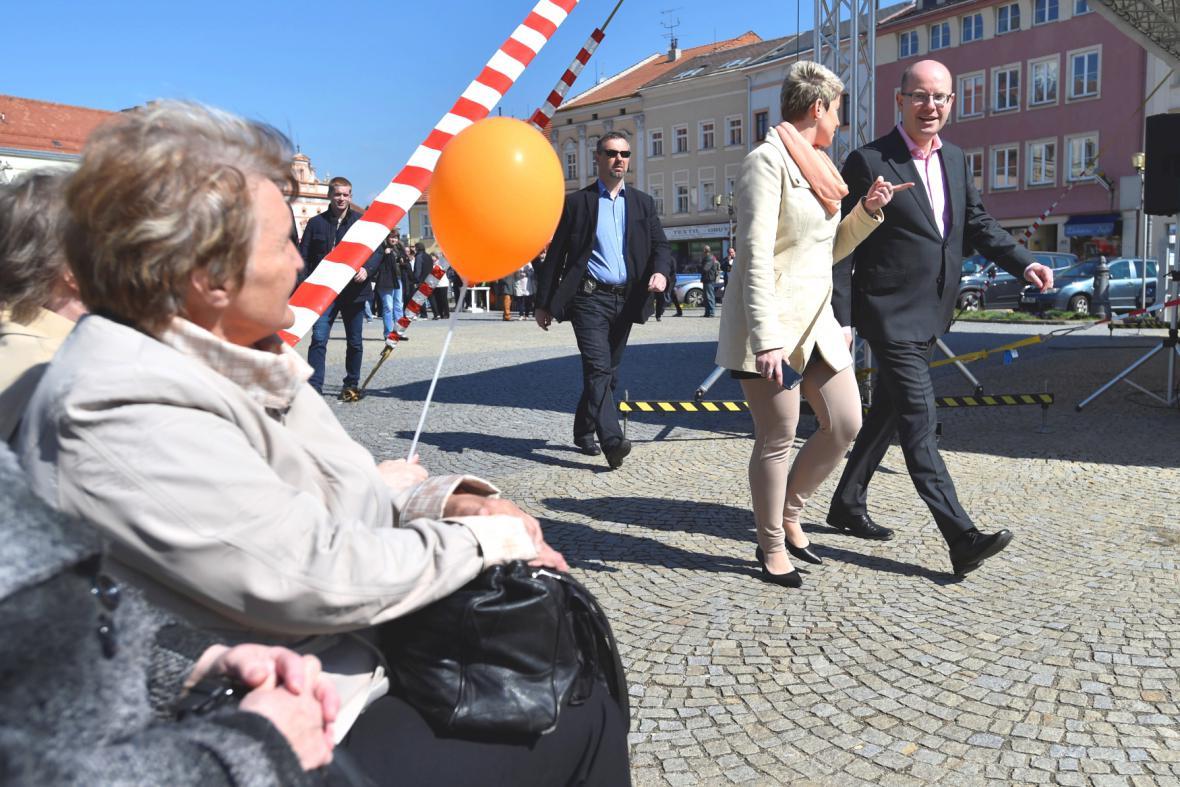 Premiér Bohuslav Sobotka přichází po vyškovském náměstí na prvomájové setkání ČSSD