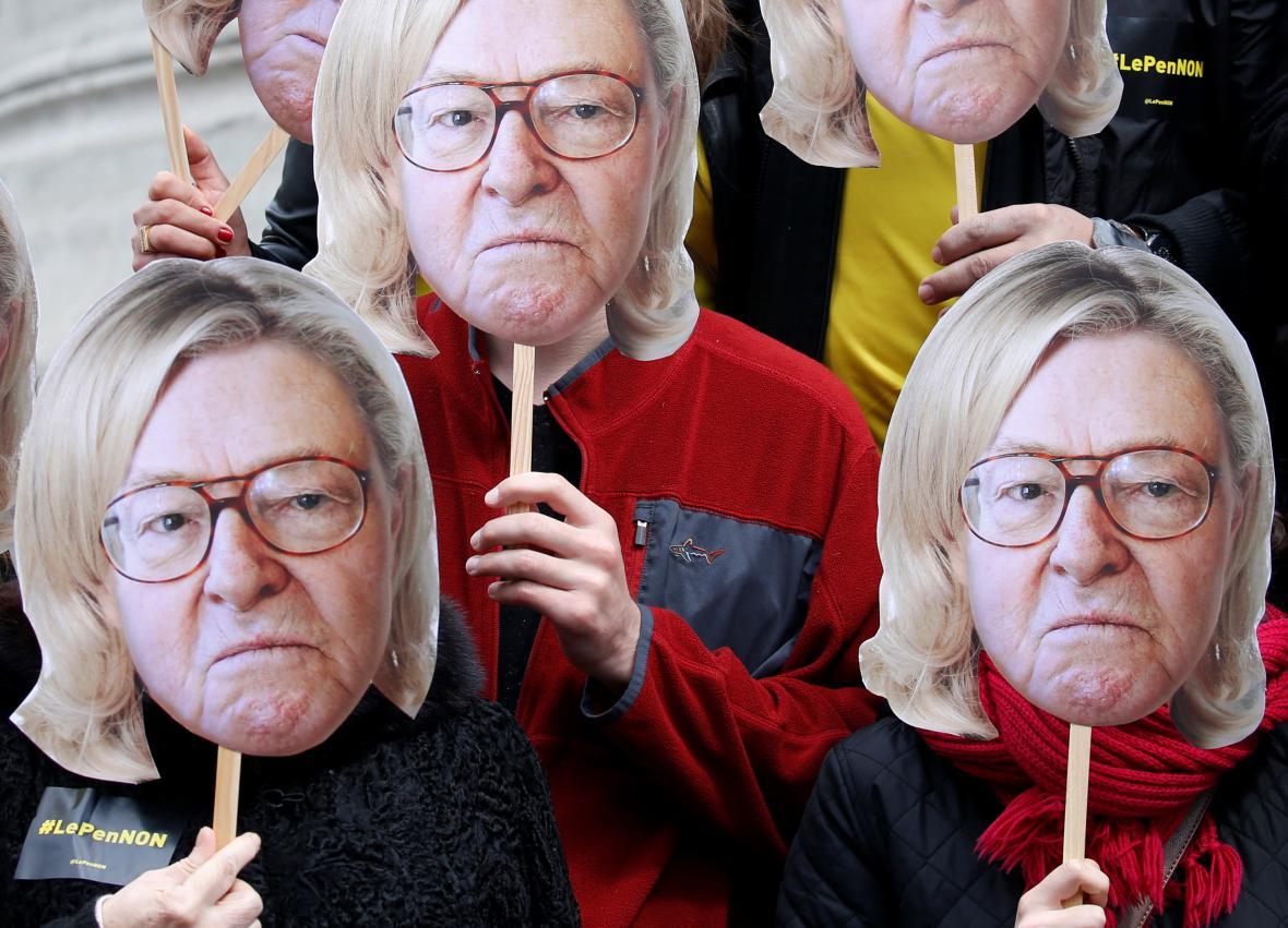 Aktivisté s podobiznami Le Pena
