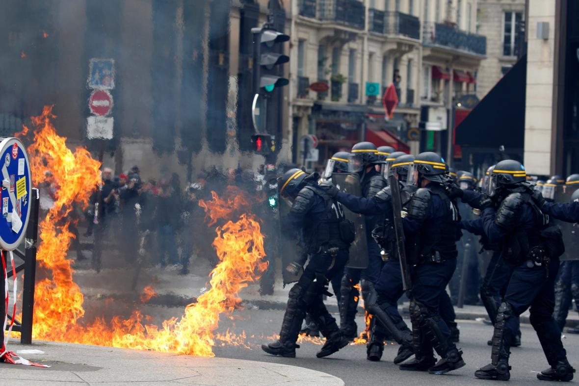 V Paříži došlo na násilné střety