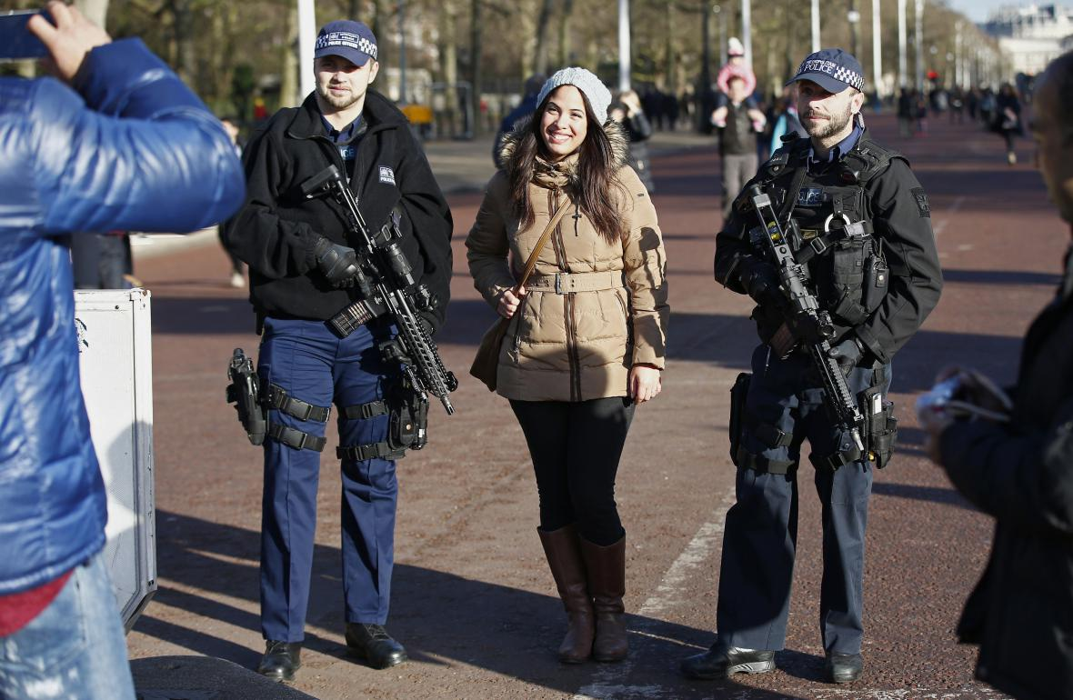 Focení s policisty u Buckinghamského paláce v Londýně
