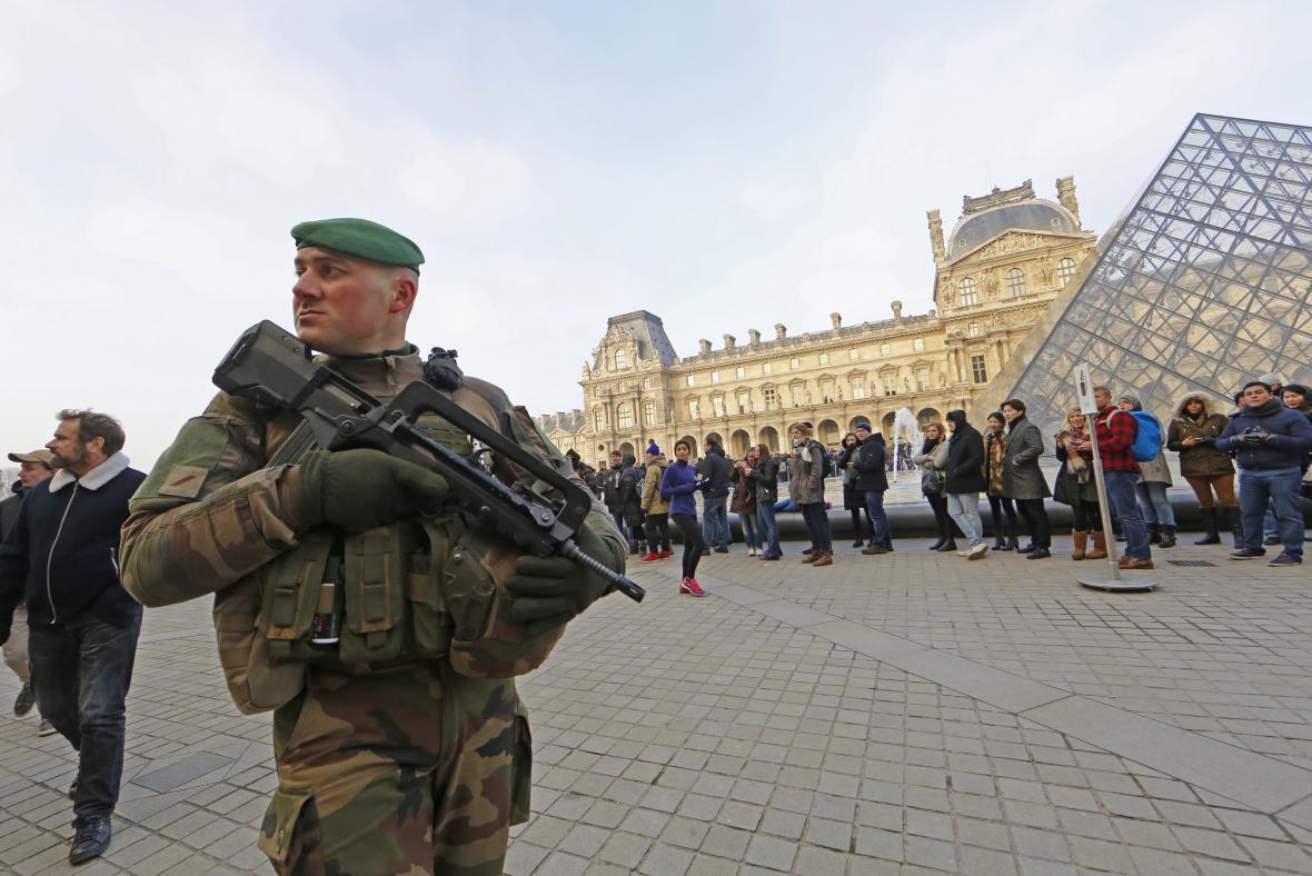 Ostraha u pařížské galerie Louvre