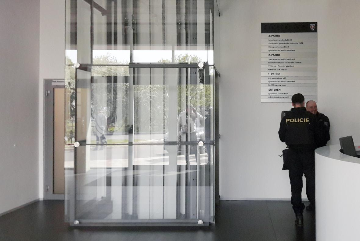 Policisté v sídle Fotbalové asociace ČR