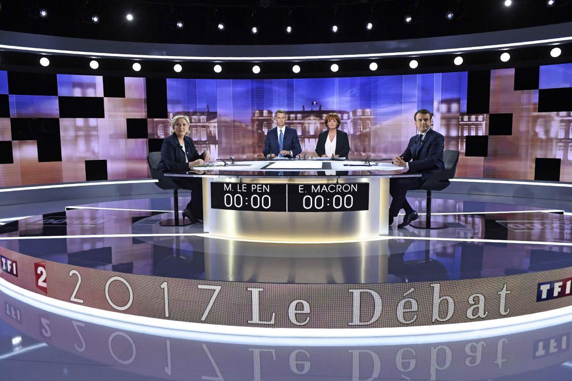 Marine Le Penová a Emmanuel Macron se střeli v televizní debatě