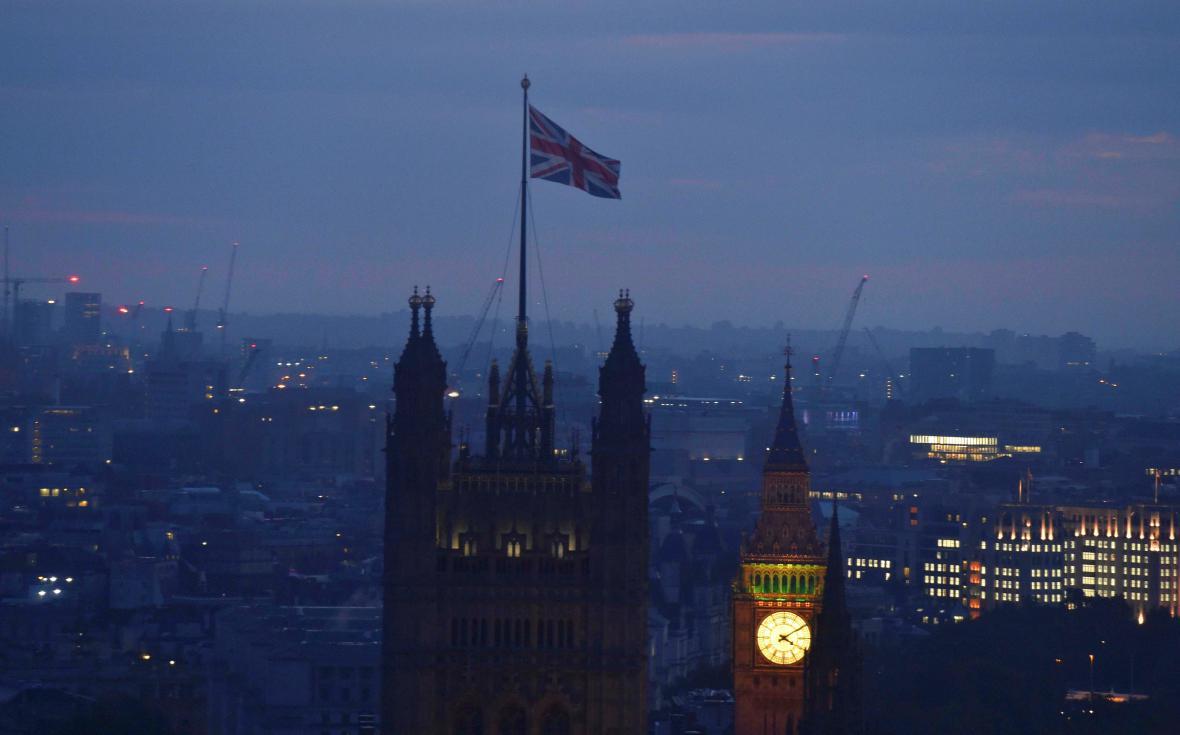 Vlajka nad budovami britského parlamentu