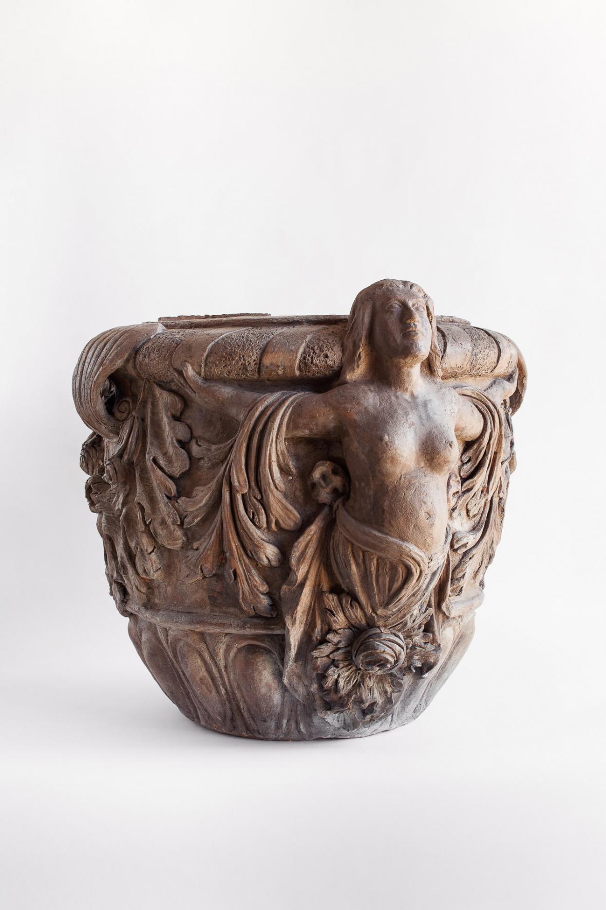 Váza s ženskými figurami