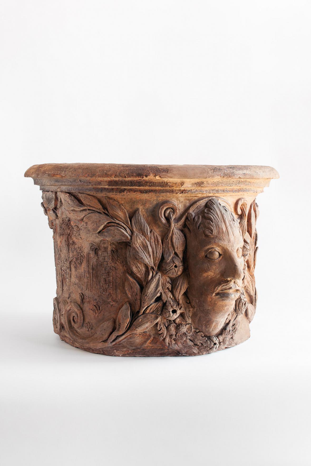 Váza s maskaronem a rytou kresbou