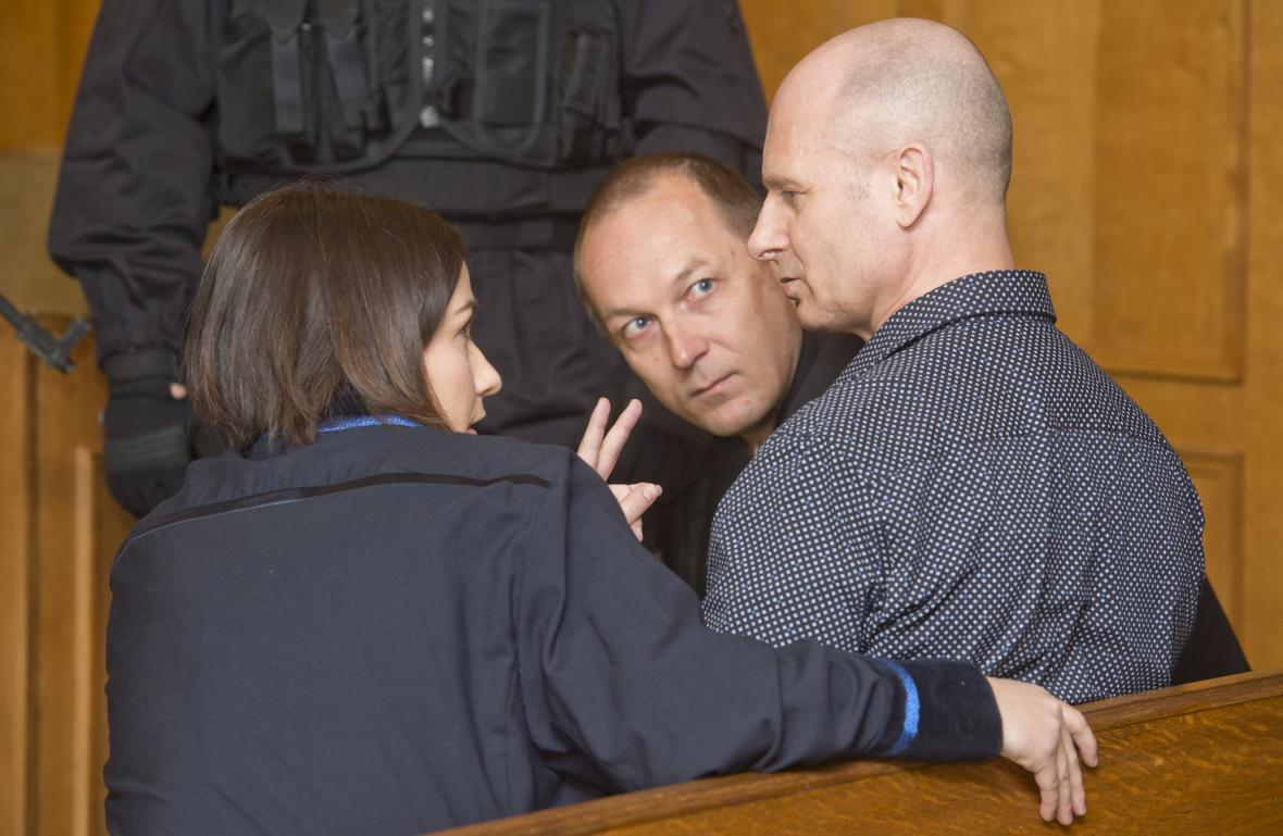 Pavel Šrytr u soudu (uprostřed)
