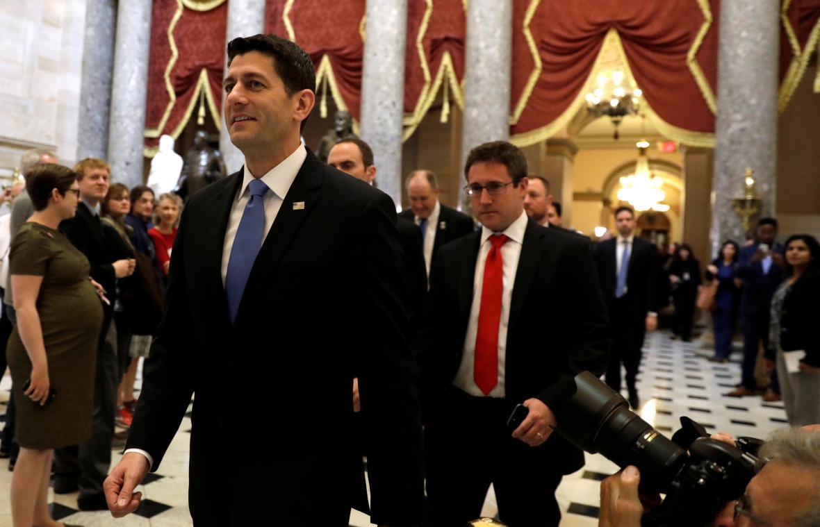 Úkol splněn. Paul Ryan s úsměvem odchází z hlasování