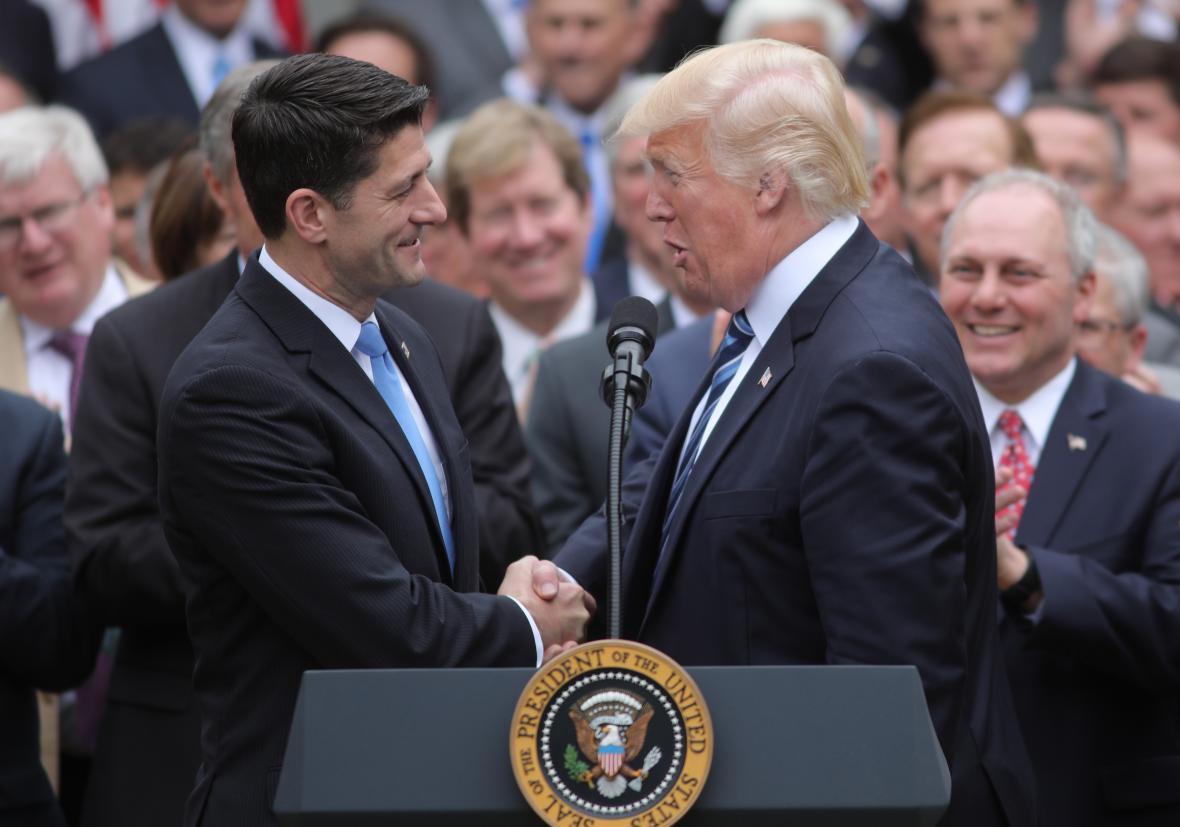 Donald Trump gratuluje Ryanovi po hlasování