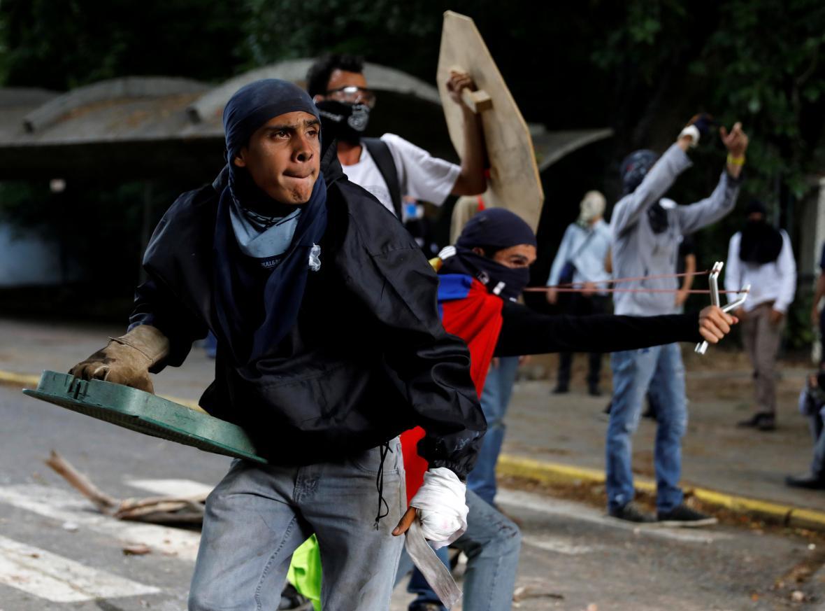 Stoupenci opozice v ulicích Caracasu