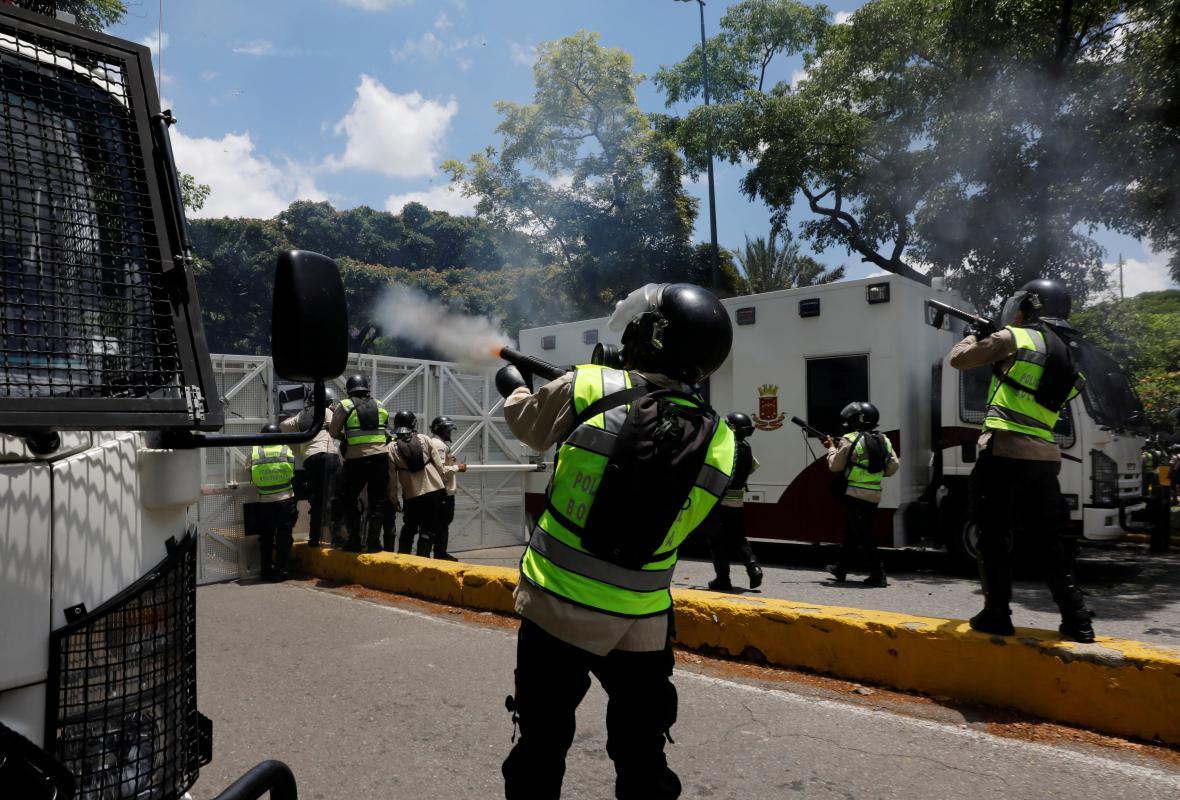 Pořádková policie proti demonstrantům zasahovala slzným plynem
