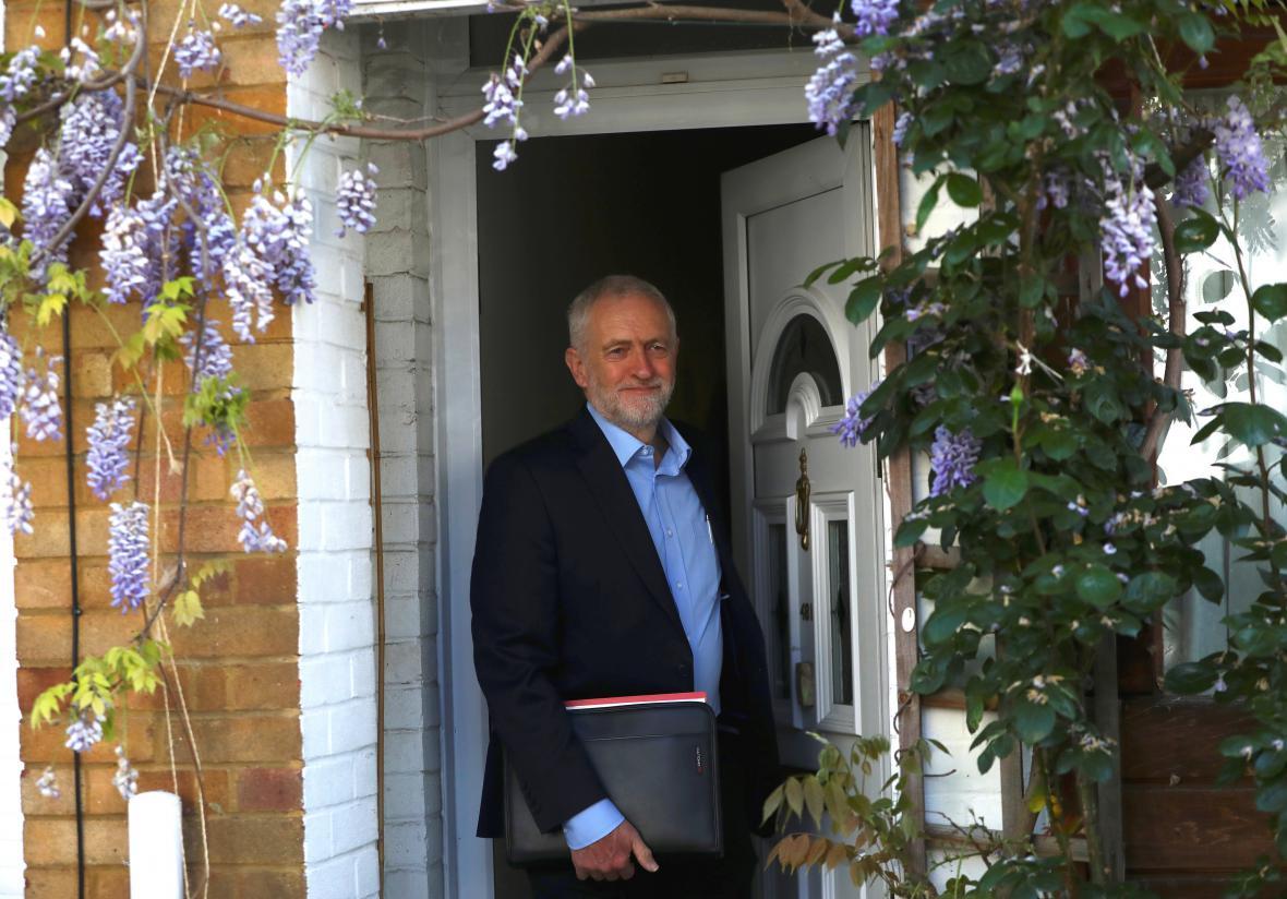 Lídr labouristů Jeremy Corbyn vychází ze svého bytu