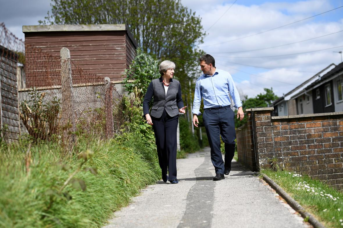 Theresa Mayová s jedním z lokálních kandidátů v Plymouthu