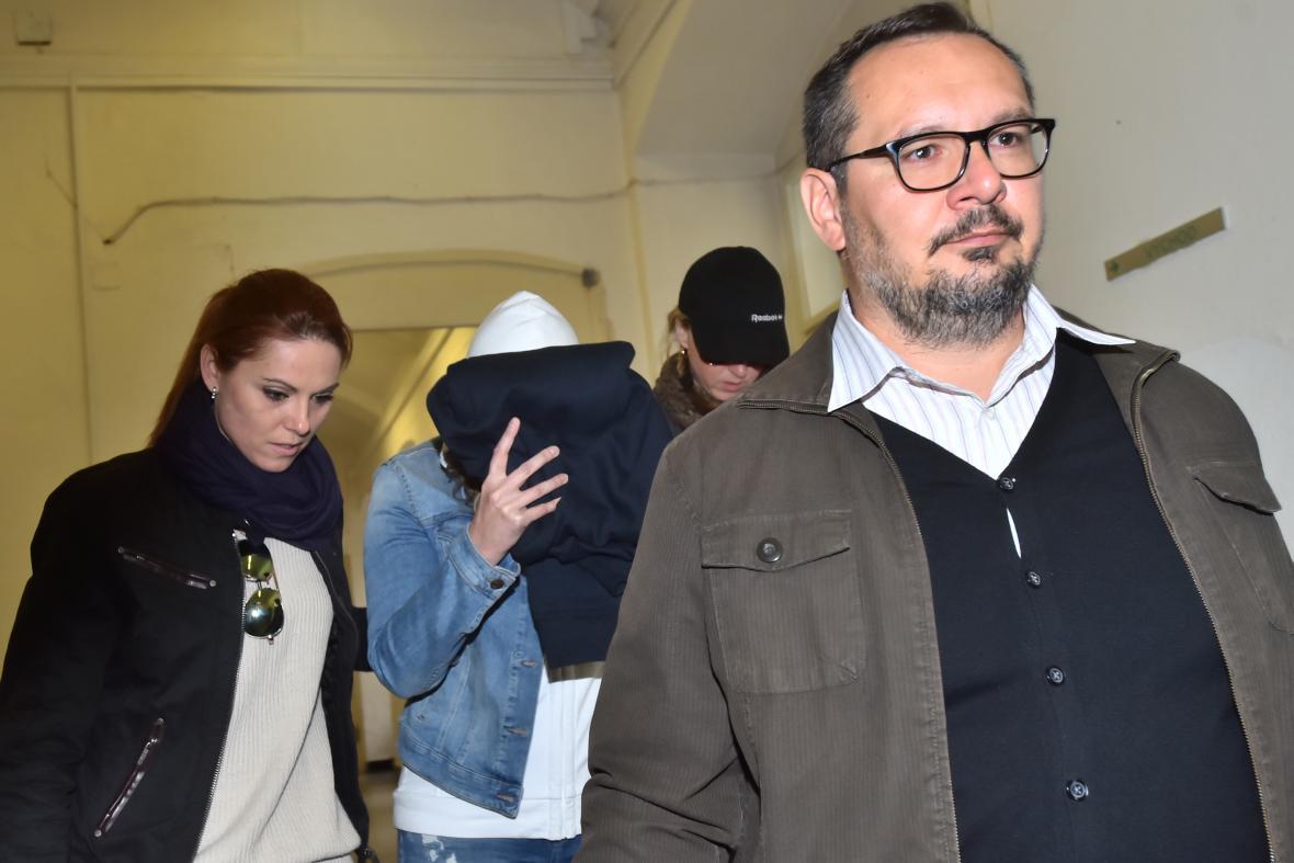 Simona Kratochvílová (se zakrytým obličejem) při příchodu k soudu