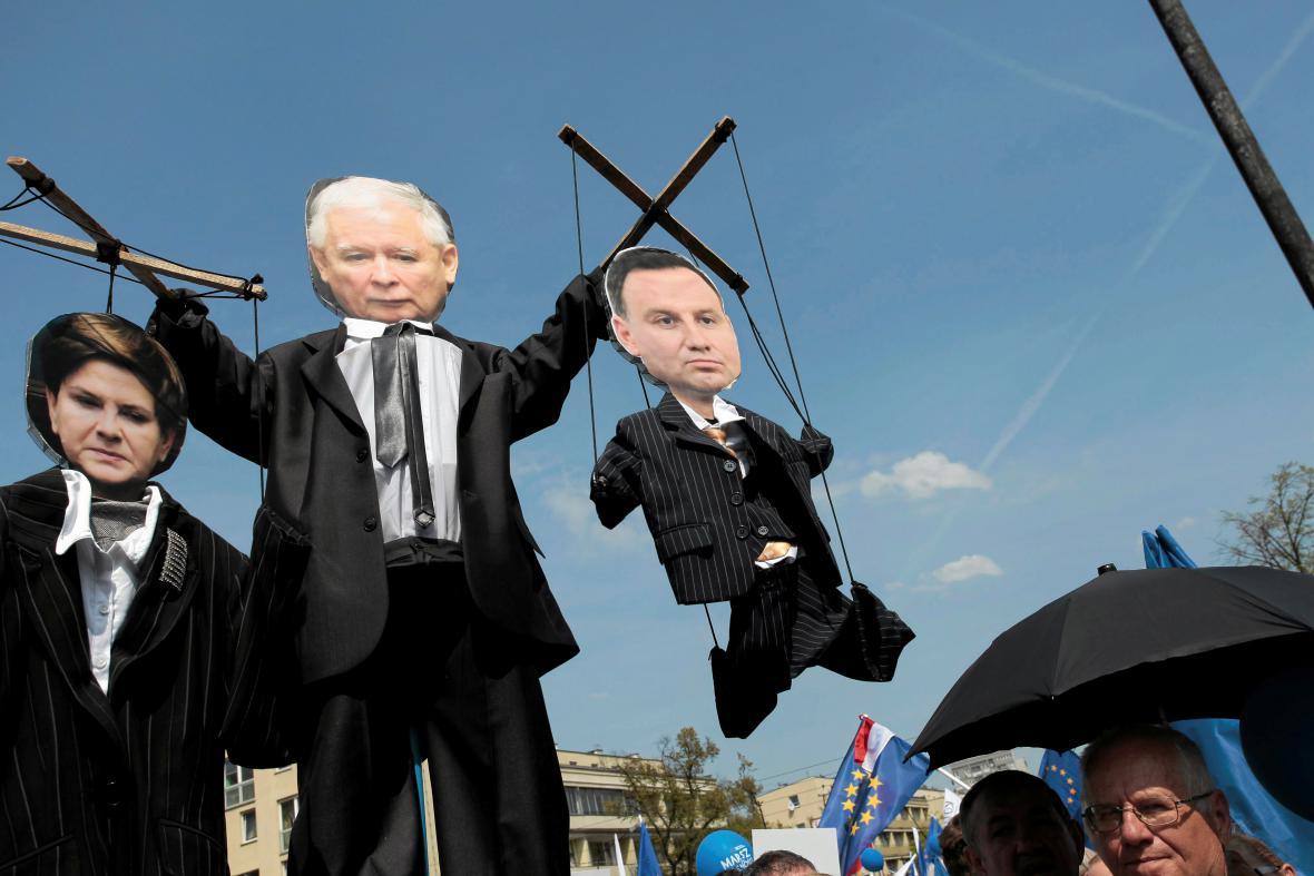 Loutky premiérky Szydlové, šéfa PiS Kaczynského a prezidenta Dudy na protivládní demonstraci ve Varšavě
