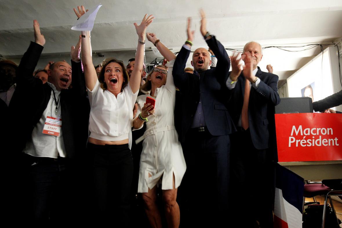 Radost podporovatelů Emanuela Macrona po oznámení výsledků