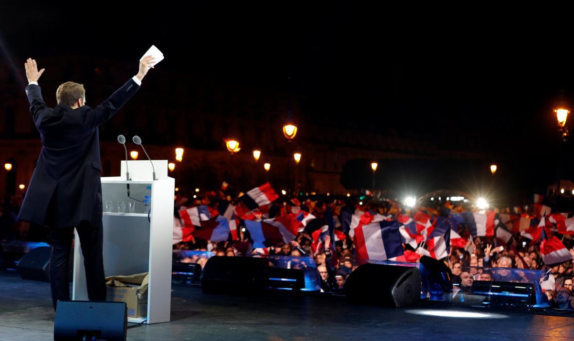 Macron zdraví své příznivce před Louverem