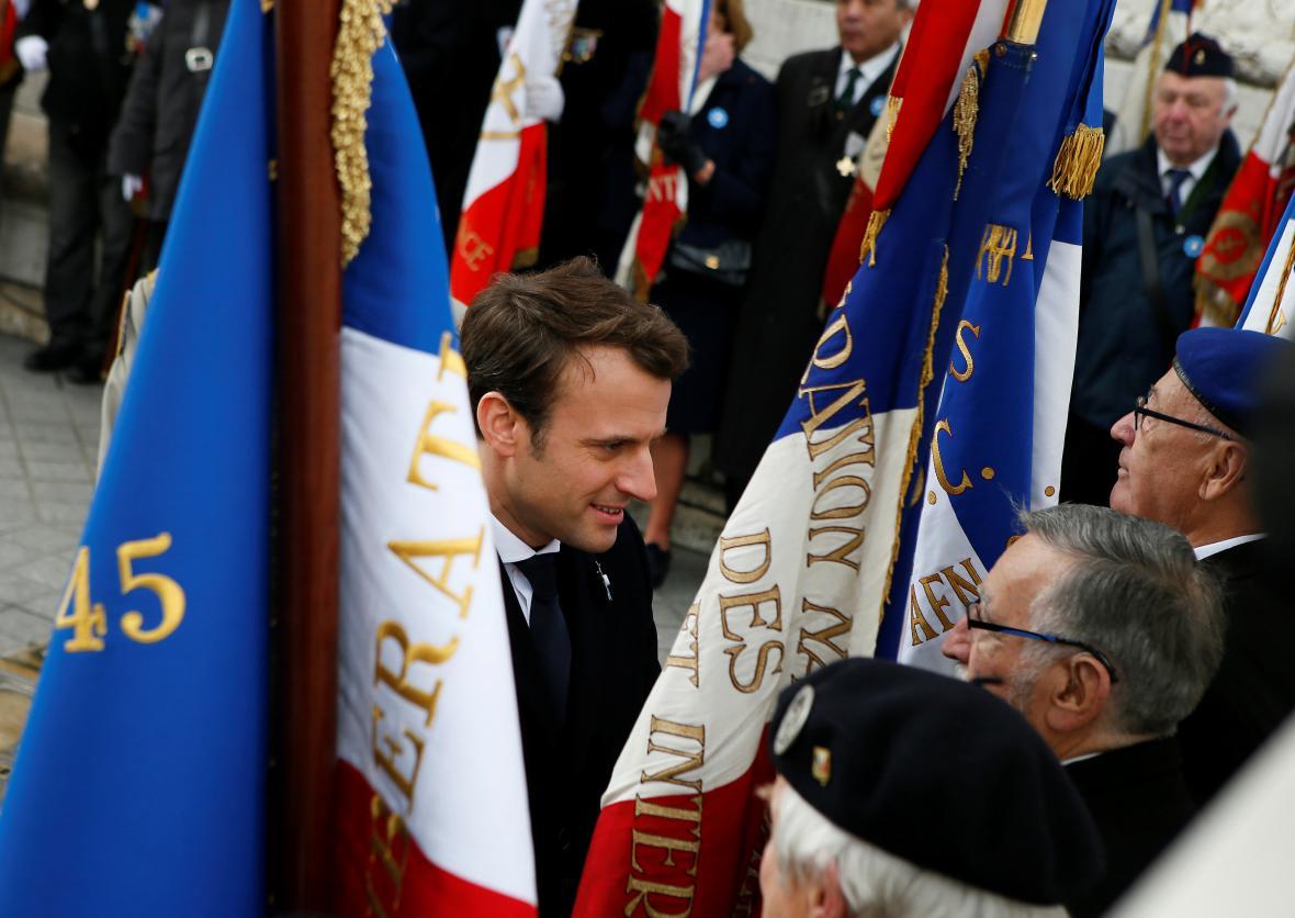Emmanuel Macron při pietní akci v Paříži