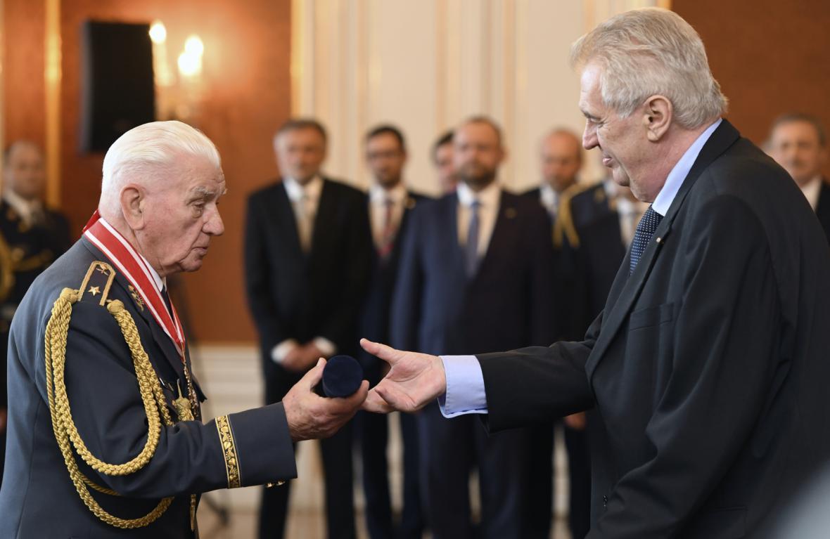 Prezident povýšil do hodnosti generálmajora Emila Bočka
