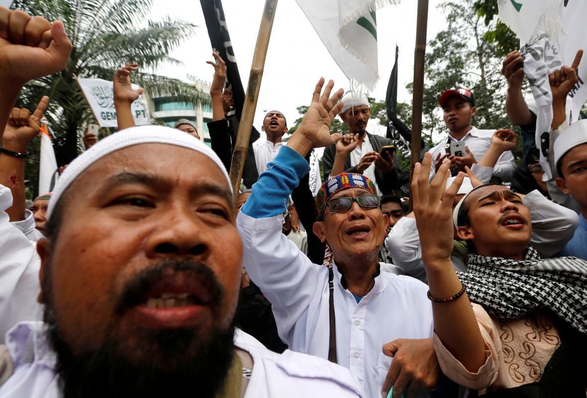 Muslimové v ulicích oslavují verdikt nad Purnamou