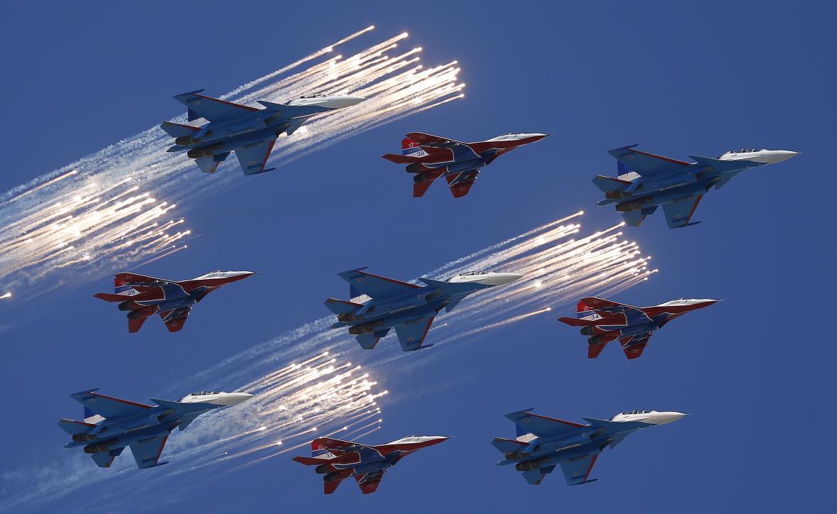 Letouny MiG-29 a Su-30 při nácviku před oslavami Dne vítězství