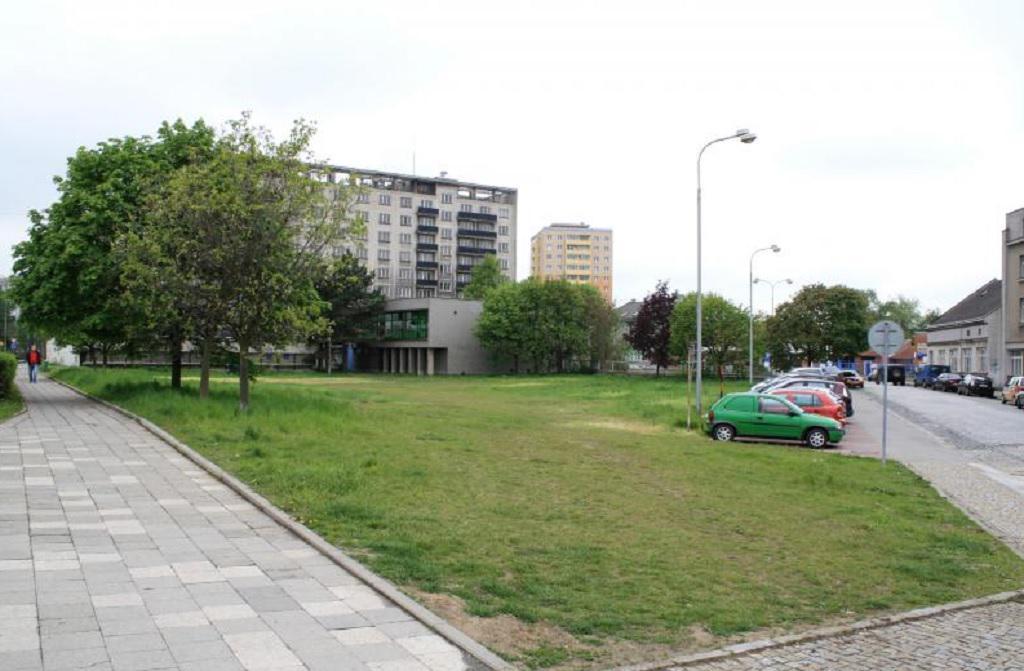 Pozemek se nachází mezi hotelovým domem Strojařem (v pozadí)