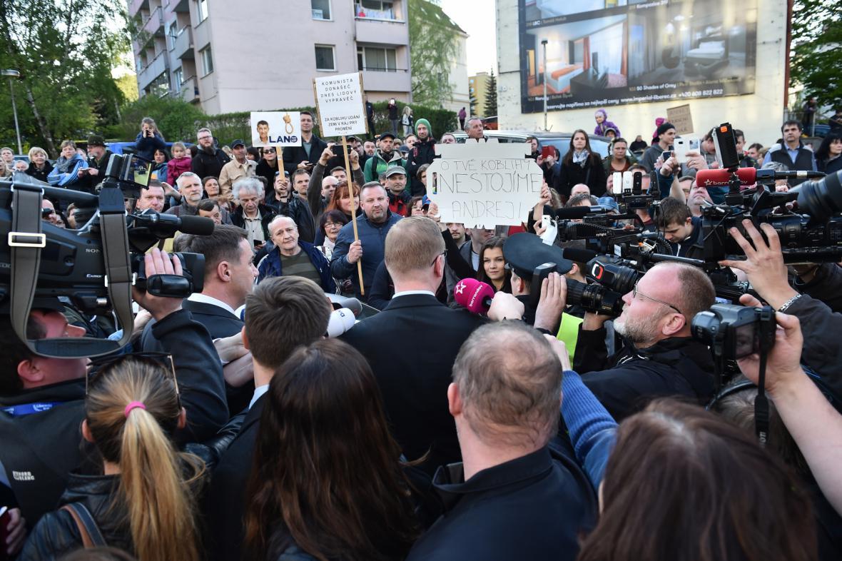 Demonstranti před libereckým hotelem