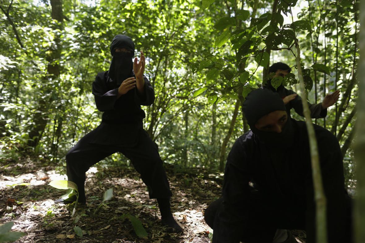 Výcvik bojového umění ninjitsu v přírodě